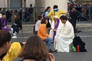 Papież, jak 150 innych księży, spowiadał dziś wiernych na placu Świętego Piotra w Rzymie