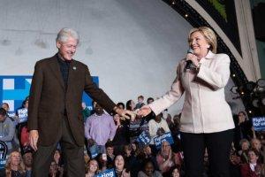 Bill Clinton wspiera żonę w wyborach prezydenckich.