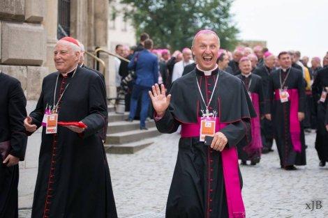 Biskup Marek Solarczyk to absolutna gwiazda mediów społecznościowych podczas Światowych Dni Młodzieży.