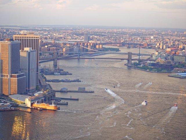 East River, wschodnia część Manhattanu i mosty na Brooklin