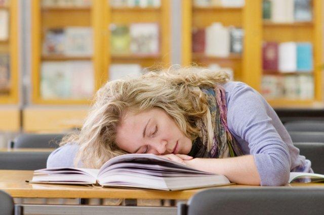 Nieustanne uczucie zmęczenia, przygnębienie i skłonność do tycia – to najbardziej dokuczliwe objawy choroby Hashimoto.
