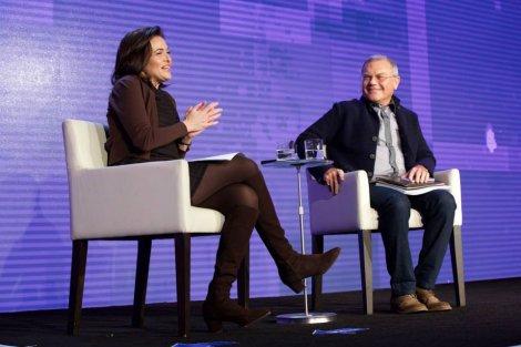 """Sheryl Sandberg, szefowa operacyjna Facebooka, z prezesem jednej z najpotężniejszych sieci agencji reklamowych, Sir Martinem Sorrellem. Zdaniem Sandberg, podział na """"work"""" i """"life"""" nie ma dziś sensu."""